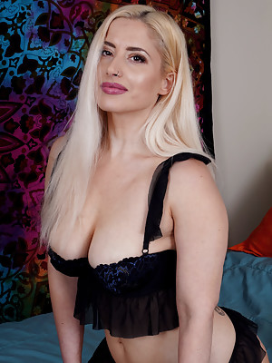 Galas Looner The Busty Blonde